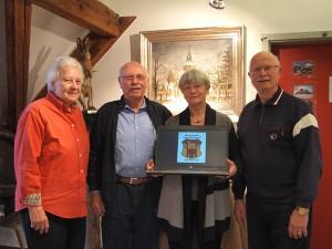 Der Vorstand mit dem neuen Laptop des Vereins 2011