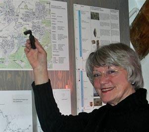 Erika Porten mit römischen Schlüssel vor Fundortkarte