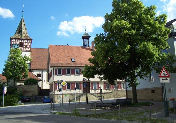 Oswaldkirche mit altem Rathaus und Hörnleshasen Brunnen heute