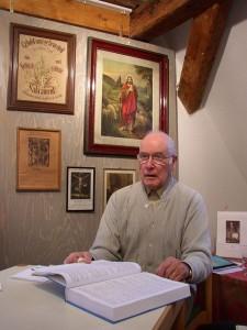 Dr. Widmer bei der Präsentation des Ortssippenbuches