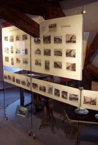 Ansichtskartenwand in der Ausstellung