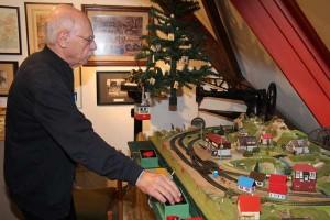 Erwin Kurz an der Eisenbahnanlage
