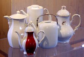 die Ausstellung in der Heimatstube zeigt eine Sammlung von Kaffeekannen