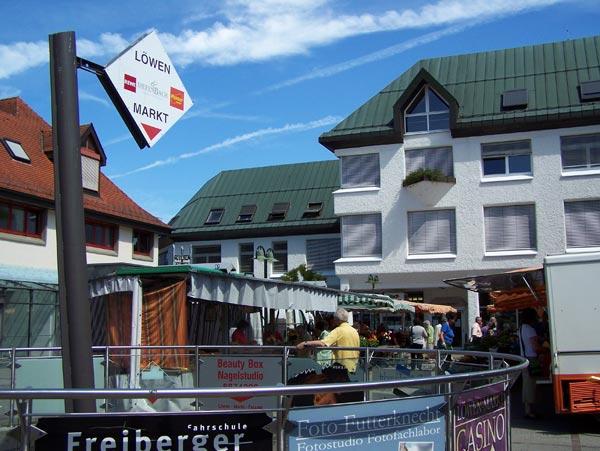 Wochenmarkt am Löwen-Markt, im Hintergrund das Bezirksamt