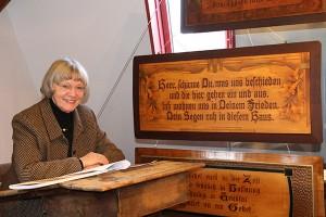 """Erika Porten in der Ausstellung """"Volkspoesie auf Holz"""""""