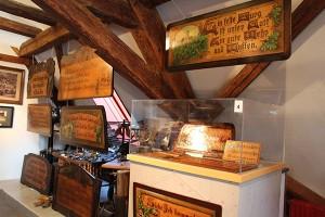 """Blick in die Ausstellung """"Volkspoesie auf Holz"""""""